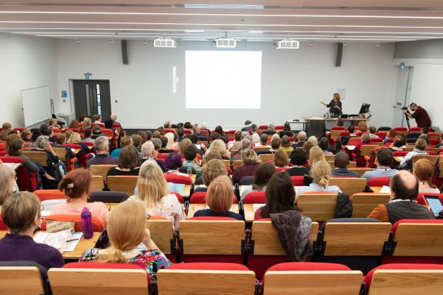 Lynne Murphy talking to a lecture hall full of editors at the 2018 SfEP Conference